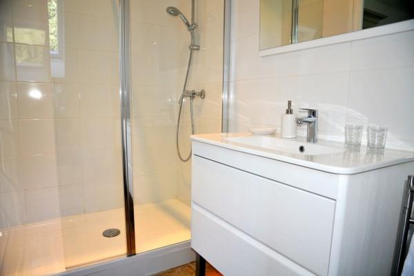 chambre hôtes honfleur salle bain balcon bois pierres
