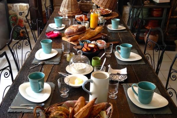 chambre hôtes honfleur table bois pierres petit déjeuner